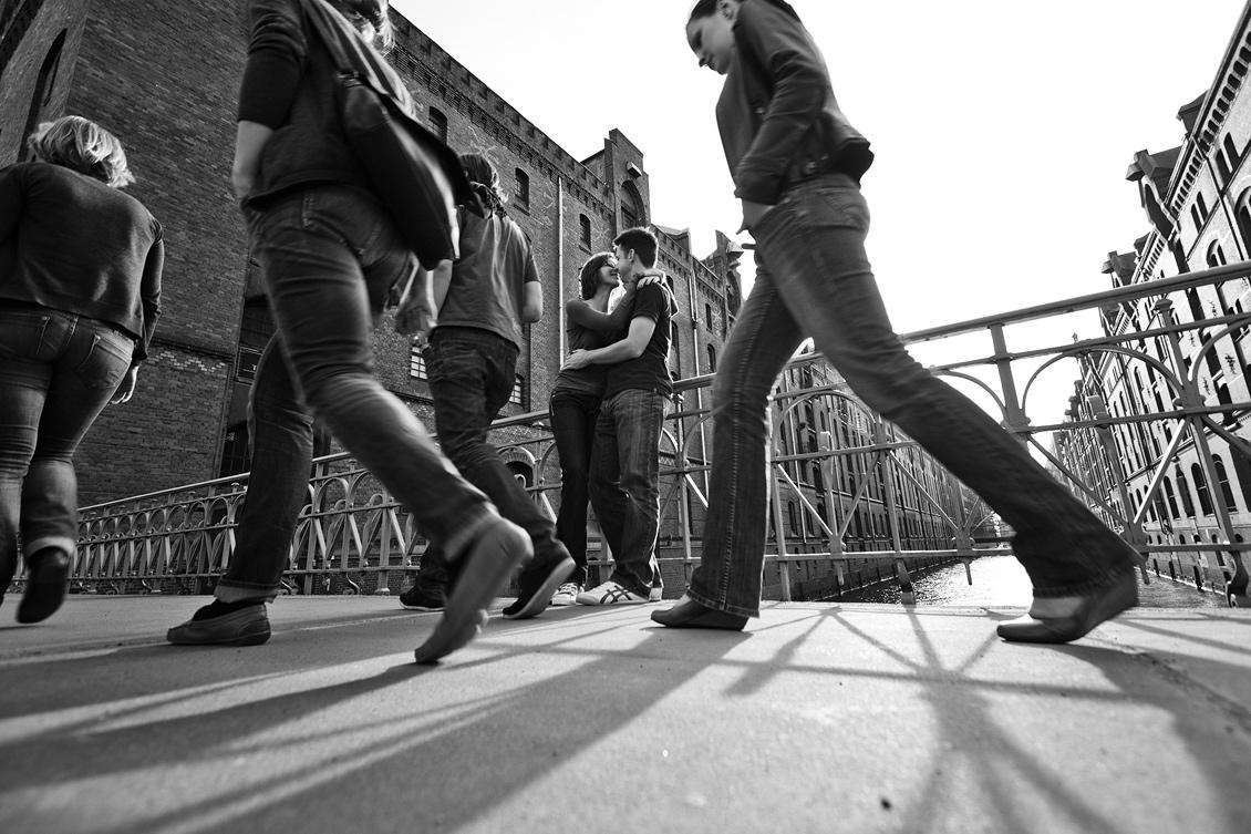 Engagement_shooting_hafencity_Hamburg_das_Paar_küsst_sich_auf_der_Brücke