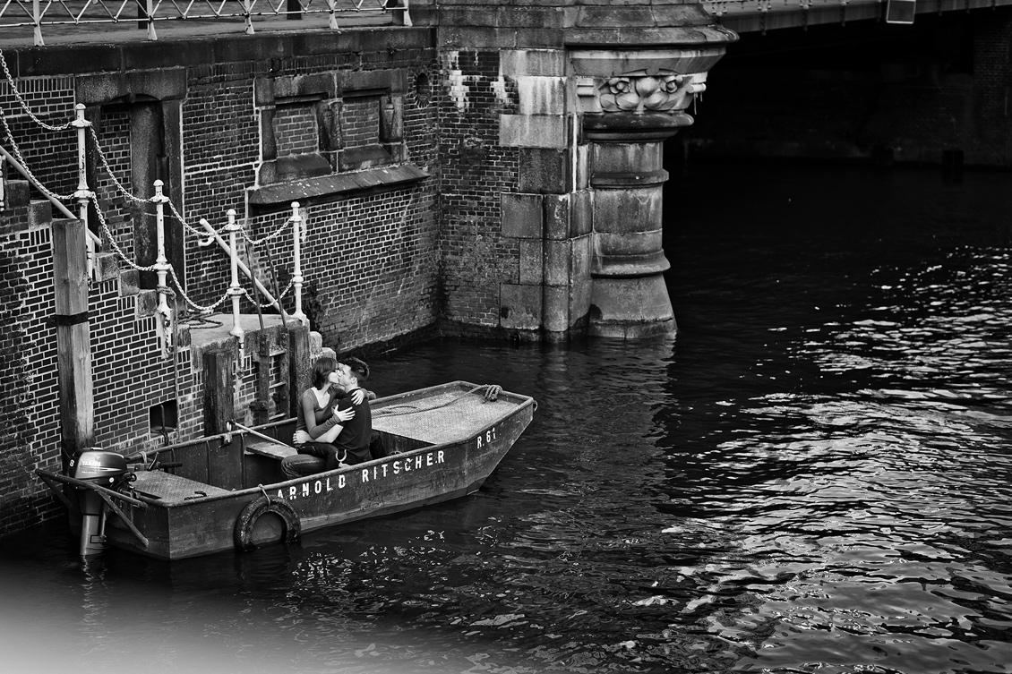 Engagement_shooting_hafencity_Hamburg_das_Paar_sitzt_im_alten_Boot_und_küsst_sich