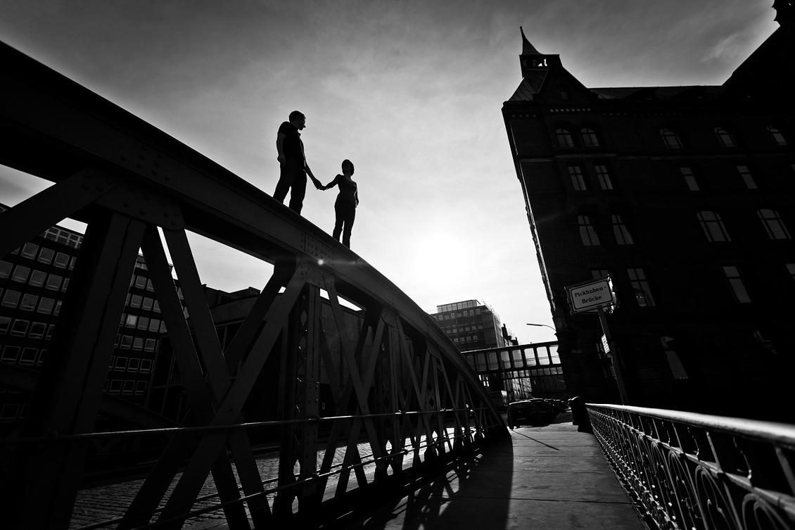 Engagement_shooting_hafencity_Hamburg_das_Paar_steht_auf_der_Pickhuben_Brücke